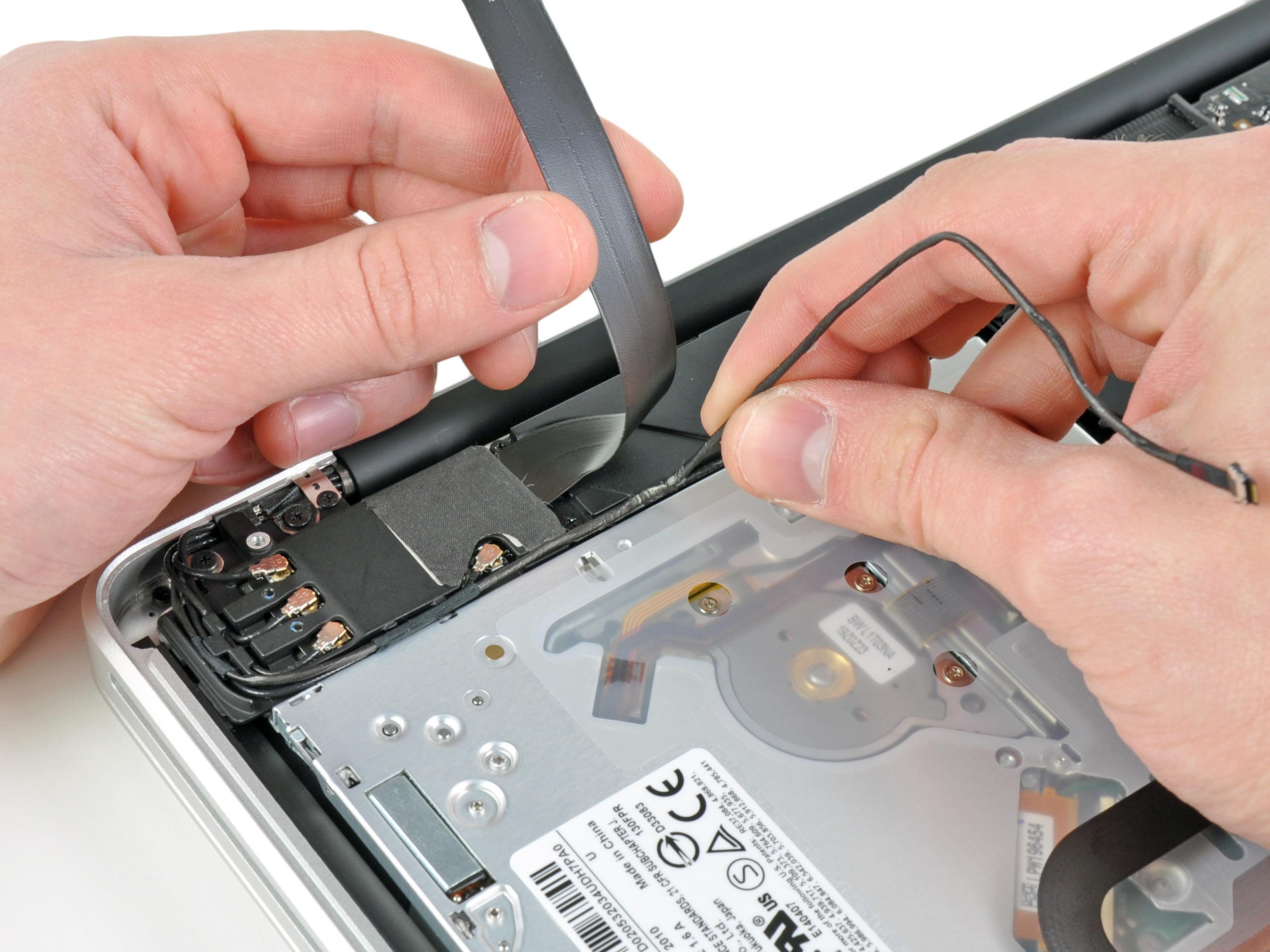 Paso 7 cable camara mover con cuidado el cable de cinta aeropuerto / Bluetooth de la manera como se pela el cable de la cámara fuera del adhesivo lo fija en el subwoofer y el soporte de AirPort / Bluetooth. De la ruta del cable de la cámara de debajo del dedo de retención moldeado en el soporte de AirPort / Bluetooth.